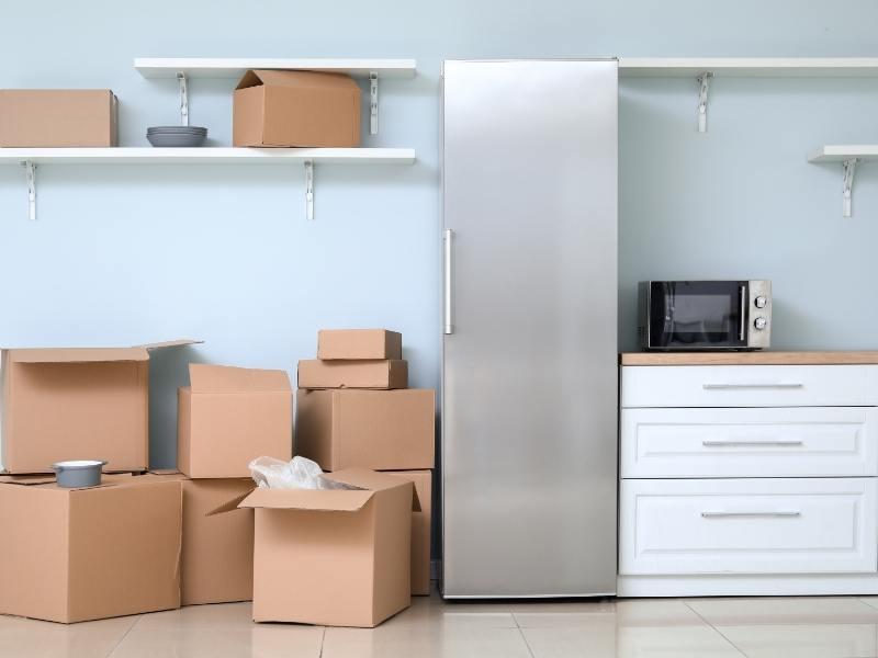 Ψυγείο δίπλα σε κουτιά