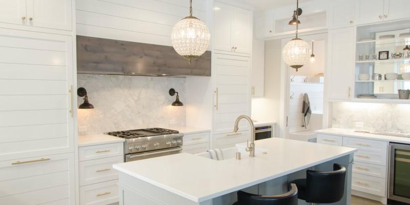 Κλασική κουζίνα με λευκά έπιπλα και κρεμαστά φωτιστικά