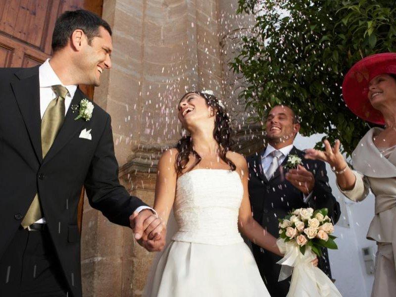 Παντρεμένο ζευγάρι με κομφετί στον αέρα